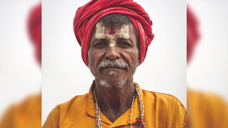 Hindoe meneer met traditionele kleding