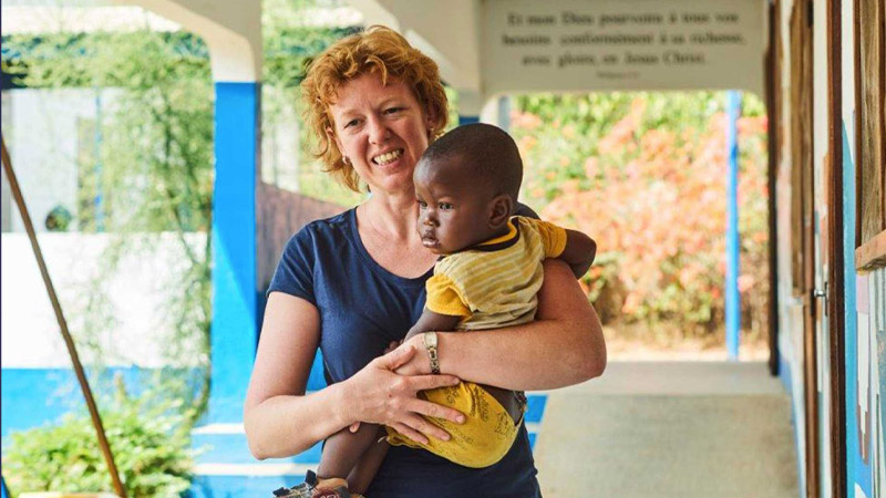 Zendeling Agaath met kindje op haar arm