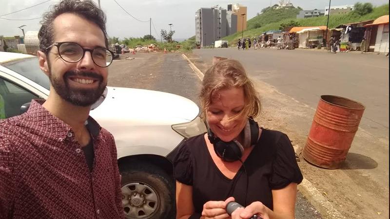 Annemarie met microfoon Groot Nieuws Radio in hand samen op foto met Jan Kieviet