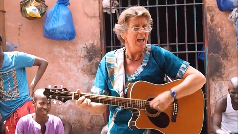 Carina Saarloos doet zending met gitaar en zingt met gitaar in gevangenis