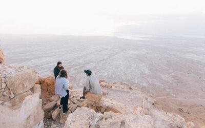 Nieuwe grond ontginnen in de woestijn in Israël