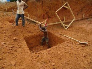 Bouw kraamkliniek Guinee gat in de grond