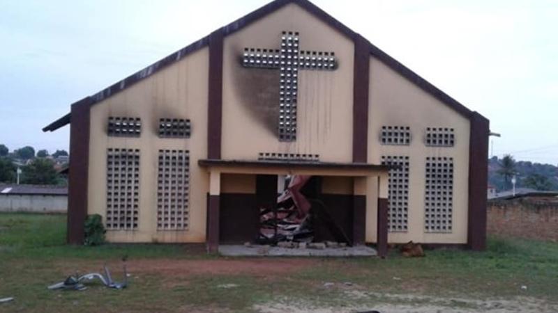CAMA kerk met kruis op gevel en duidelijke brandplekken