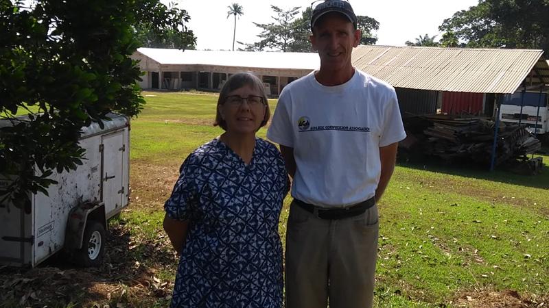 Zendelingen Jon en Anja Erickson met Hoop Kliniek Guinee op achtergrond