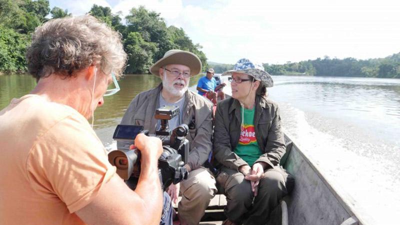 CAMA zendelingen in kano met cameraman op voorgrond