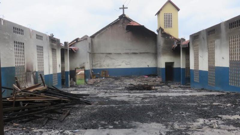 Compleet verwoeste CAMA kerk Guinee, alleen buitenmuren staan nog overeind, dank is eraf