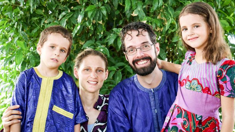 Jan en Tabitha Kieviet met gezin in traditionele kleding