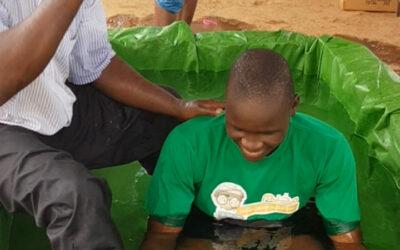 Geef het door: 14 dopelingen bij Carina in West-Afrika
