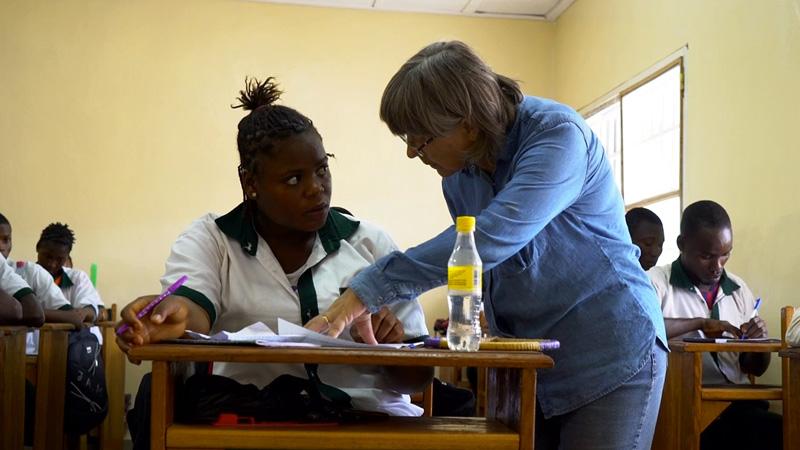 Zendeling Anja Erickson geeft les in Guinee