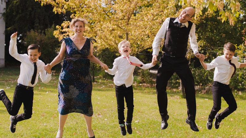 Zendelingen Peter en Annie springen in de lucht samen met hun kinderen