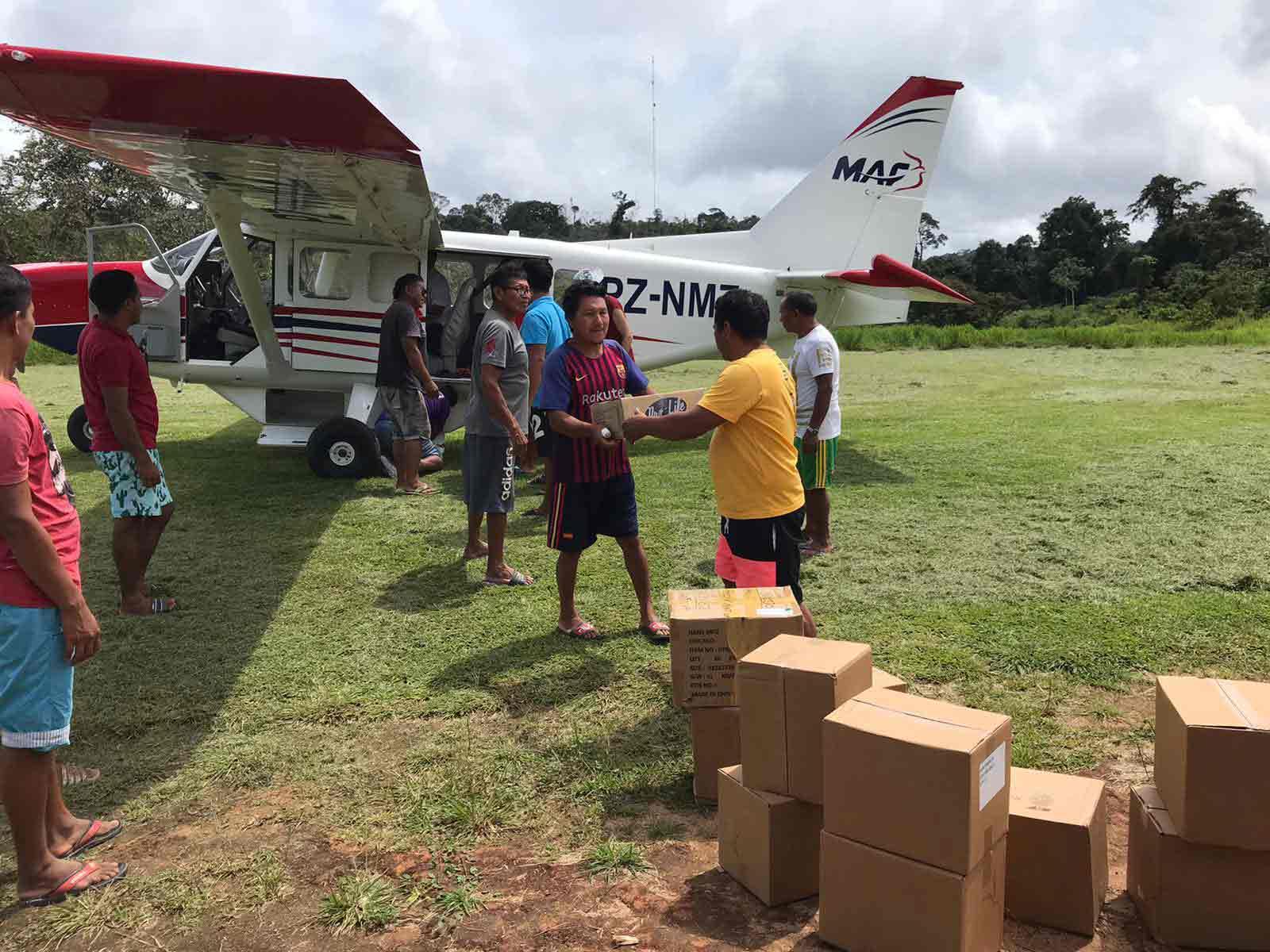 Vliegtuig wordt uitgeladen met Wayana Bijbels