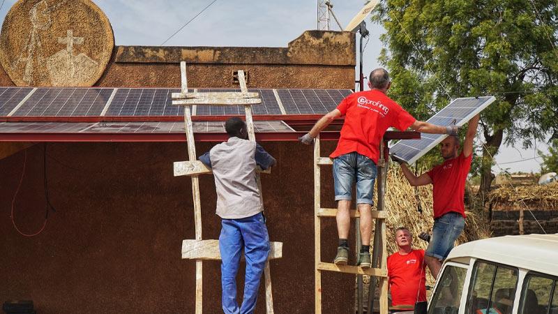 Gratis zonnepanelen op dak voor Afrika