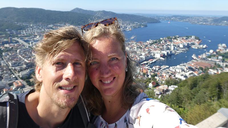 Janita de Frel met man op foto met stad op achtergrond met mooi uitzicht