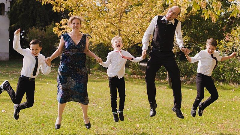 Zendelingen Peter en Annie springend met hun gezin